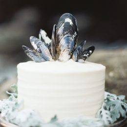 simple-white-wedding-cake-black-blue-mussel-shell-topper1-1